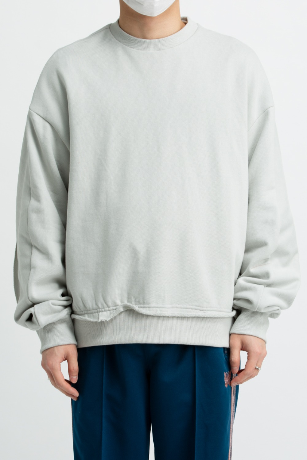 RAW EDGED CUT SWEATSHIRT LIGHT GREY